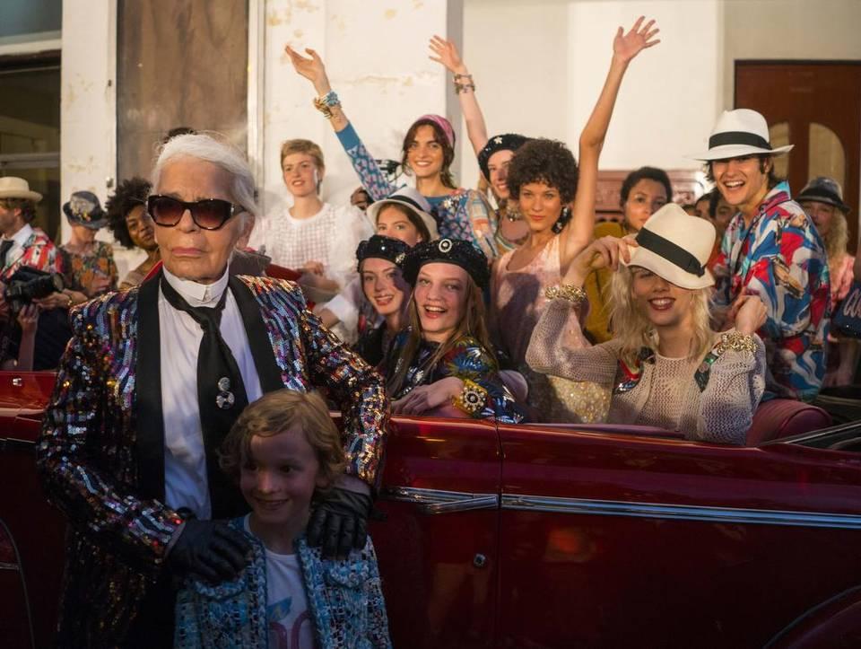 """El diseñador de moda Karl Lagerfeld posa con los modelos que participaron en la presentación de su línea de """"cruceros"""" para la casa de moda Chanel, en la calle Paseo del Prado en La Habana, Cuba, el martes 3 de mayo de 2016."""